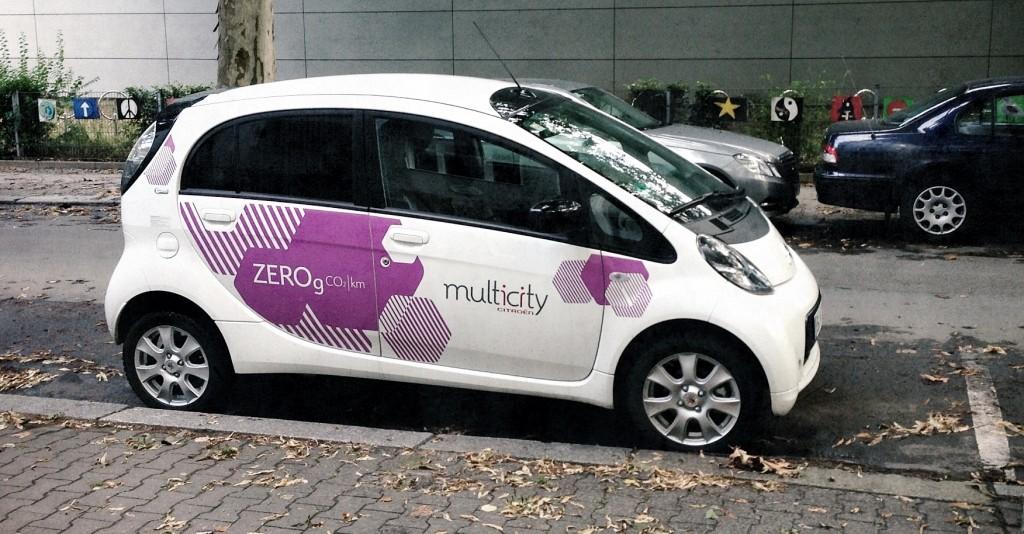 Multicity Auto am Straßenrand