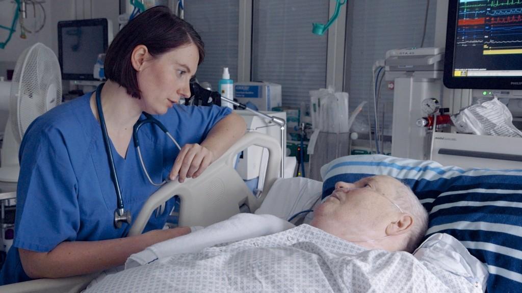 Dr. Meyer spricht mit Patient